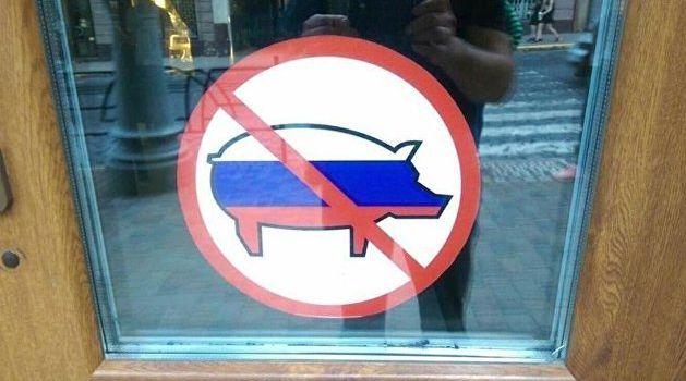 «Дело придет к геноциду»: Азарову не понравилась табличка на входе в пиццерию