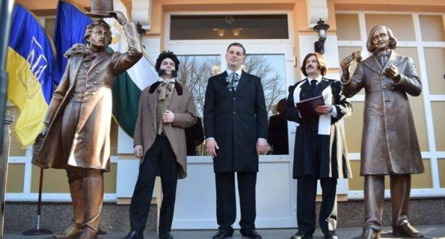 Политолог: россиян рвет на части из-за новой скульптуры их писателя всех времен и народов Пушкина в Полтаве