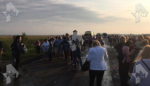 Пассажирский самолет под Москвой совершил жесткую посадку и загорелся
