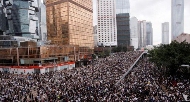 Масштабная акция протеста в Гонконге: на митинг собрались полмиллиона человек