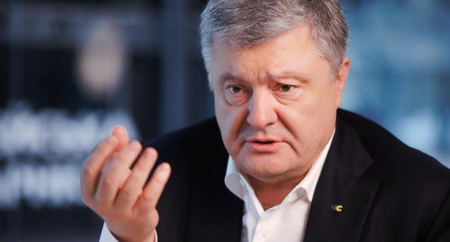 Если уж Петру Порошенко нужна роль отца украинской оппозиции, гонимого властью, но несломленного, то ему стоит отказаться от депутатского мандата - мнение
