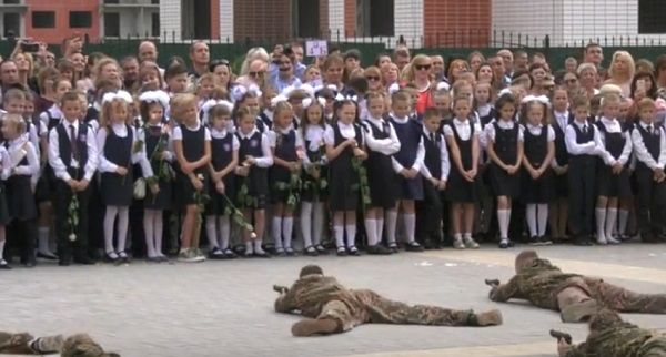 «Лица первоклассников перекосило счастьем и восхищением»: на школьную линейку в РФ пришли сотрудники «спецназа»