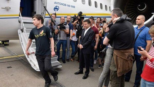 Павел Гриб пояснил, почему он на выходе из самолета не пожал руку Зеленскому