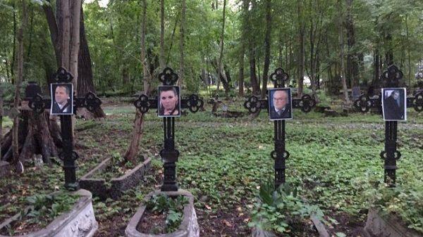 На кладбище в Санкт-Петербурге состоялись «похороны» Путина и его пропагандистов: фото