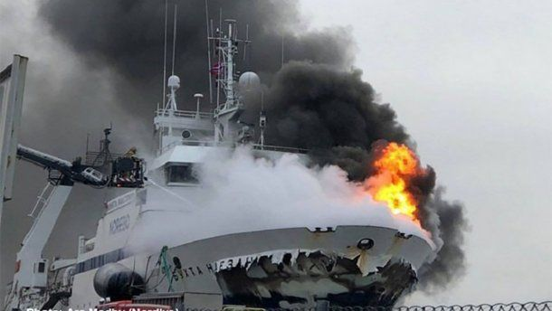 27 членов экипажа госпитализированы В Норвегии неугасимым огнем горит корабль флота России