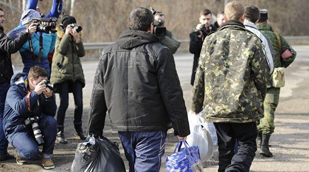 СМИ РФ: Сенцова, моряков и еще 10 политзаключенных включили в список на обмен
