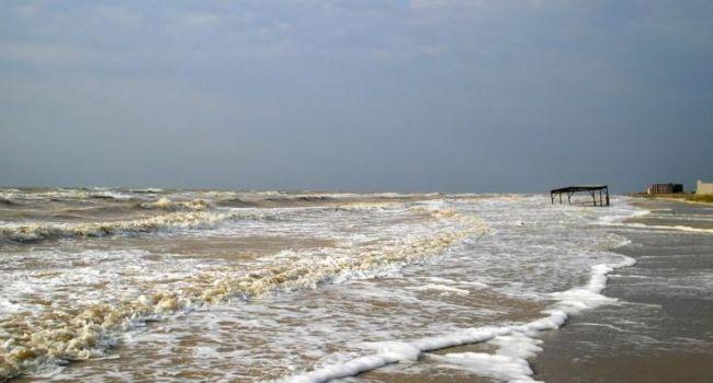 Огромные волны, бегство отдыхающих: очевидцы рассказали о жутком шторме в Кирилловке