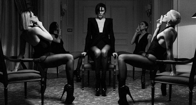 «П**дато!» Марув завела сеть новыми фото в латексе, позируя в сексуальных позах с девочками