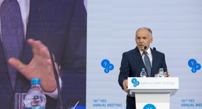 Волонтер: все логично – после Пинчука на олигархической тусовке YES выступил Сенцов, а после него президент