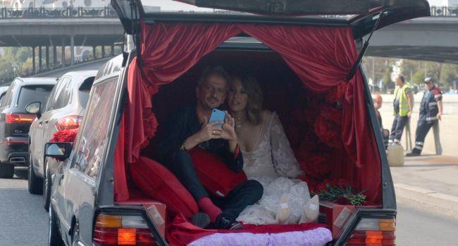 Сразу после эротических танцев: Родители Богомолова срочно покинули свадьбу после выходки Собчак