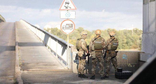 «Стреляет из автомата «предупредительные» в воздух»: крымчанин заминировал мост в Киеве