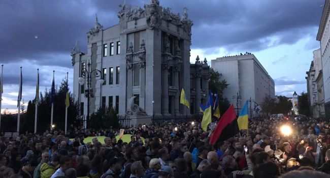 «Здесь уже тысячи народа, все как ночью 22 ноября 2013-го», - политолог о протесте в Киеве