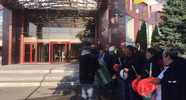 Масштабный пикет «ПриватБанка»: Главный офис банка окружили более 500 человек