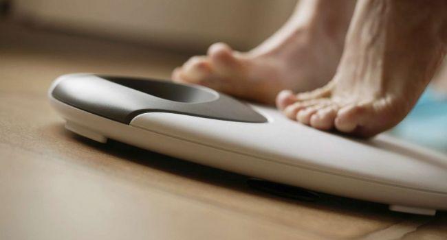 Это провоцирует проблемы с кишечником и лишний вес: специалисты назвали самую вредную привычку