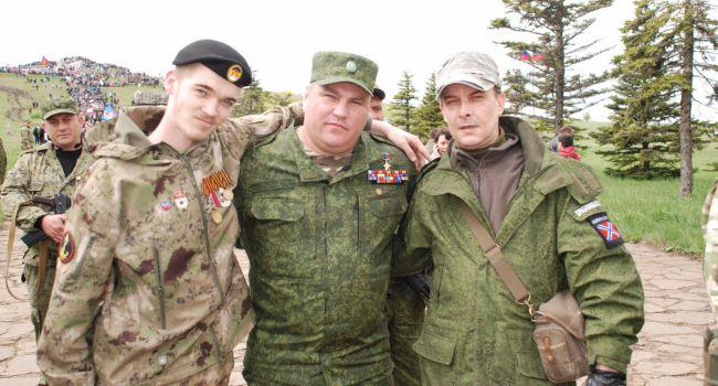 В Донецк прибыла новая группировка в форме с неизвестными шевронами, население в панике
