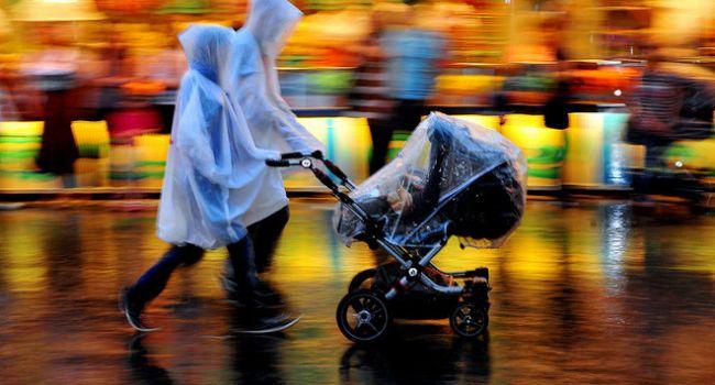 «Гулять в дождь или пялиться в телевизор с бутылкой пива в руках»: Комаровский рассказал о правилах прогулки с маленькими детьми