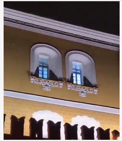 «Франкенштейна изготавливают?» Россияне активно обсуждают странное явление в окнах Кремля