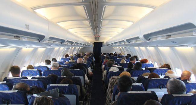 Толстую пассажирку самолета в США пришлось вытаскивать из туалета спасательным службам