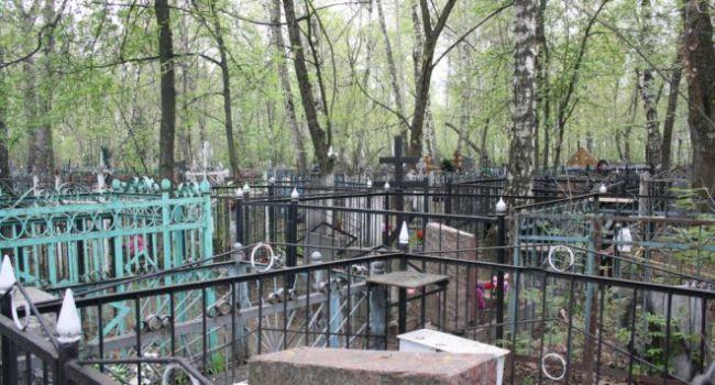 «Анатолий, вам ли не пох**, чем мы тут занимаемся? Мне кажется, ему совершенно по*бать»: две девочки-подростка устроили на кладбище циничное шоу
