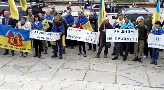 «Вова, рашизм не пройдет! Капитуляции не будет»: В Станице Луганской прошла масштабная акция протеста