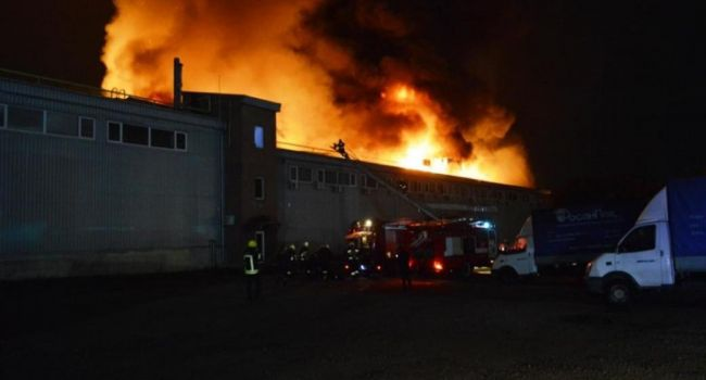«Горит огнем неугасимым»: В результате боевых действий в «ДНР» произошел масштабный пожар в жилдоме