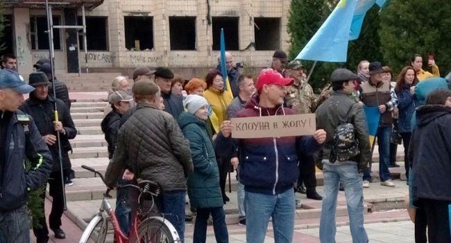 «Клоуна в жо*у!»: В Северодонецке и Торецке требуют не выводить войска, и угрожают бросаться под танки ВСУ