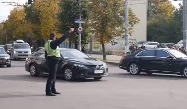 «Мы ведь голосовали за что-то другое»: в сети на видео показали огромный кортеж Зеленского