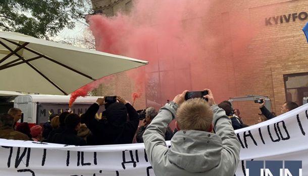 В ход пошли фаеры: у здания, где Зеленский дает пресс-конференцию, проходит митинг