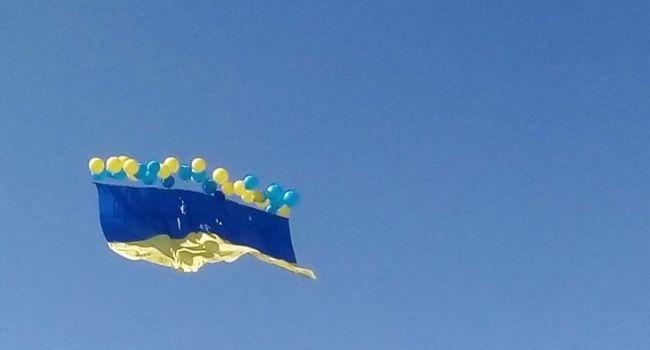 «Как же душу греет, до слез»: В небо над Донецком поднят флаг Украины