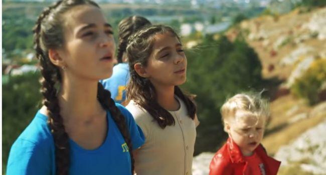 «З гір Алушти війнув вітер спогадом щемким. Впали сльози, по стежках тих бігав я малим»: діти в анексованому Росією Криму зворушили українською піснею