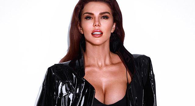 «Развратный вид»: Анна Седокова надела платье крупной вязки на голое тело и прогулялась по Дубаи