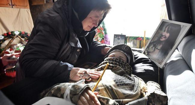 «От боли можно лишиться ума»: в сети опубликовали фото погибшей на Донбассе Ярославы Никоненко в гробу