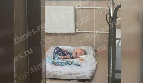 «Содержала в клетке, а если нужно было куда-то идти, переносила в авоське на колесах»: в РФ многодетная мать издевалась над 11-летней девочкой