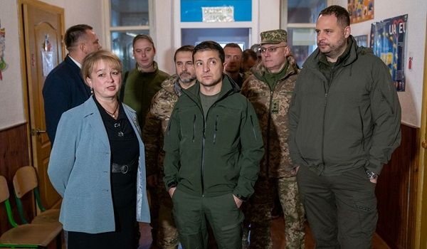 Школа не существует, а учителя – сторонники боевиков: в сети указали на важный момент с посещением президента Зеленского Золотого