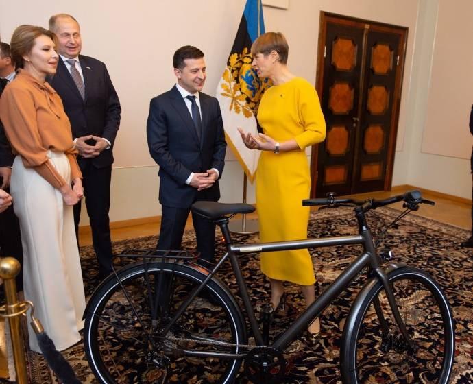«Для его превосходительства»: В Эстонии президент подарила Зеленскому электровелосипед