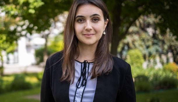 «Вы за это отвечать будете?»: пресс-секретарь Зеленского Мендель оскандалилась публикацией фото с флагами «ЛНР»