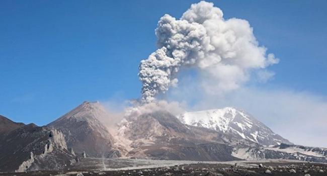 Активный вулкан на Камчатке выбросил огромный столп пепла