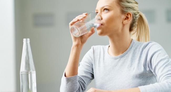 Вода тоже бывает вредной: Медики рассказали о правилах питьевого режима