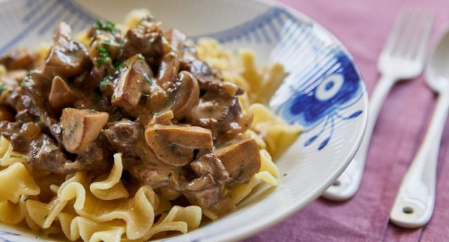 Лучшие блюда для осенней диеты: Бефстроганов с натуральным йогуртом и ароматными травами