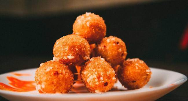 Горячие закуски для новогоднего стола: Ароматные сырные шарики