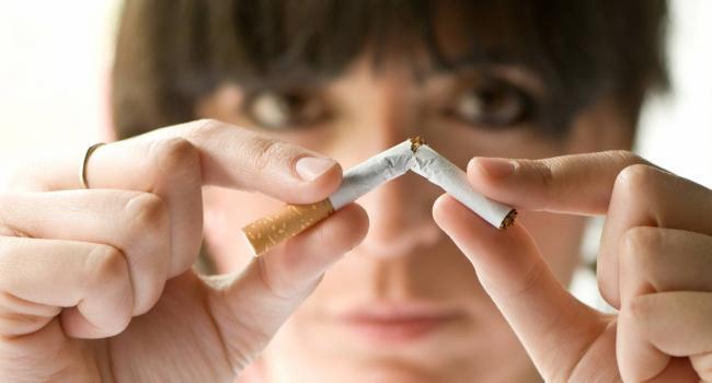 «Курят для того, чтобы справиться со стрессами»: Ученые объяснили, почему женщинам сложнее отказаться от вредной привычки, чем мужчинам