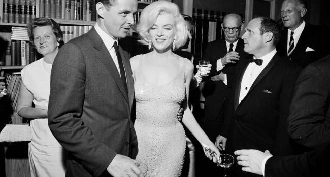 Просто не надела белье: СМИ рассказали о легендарном платье Мэрилин Монро
