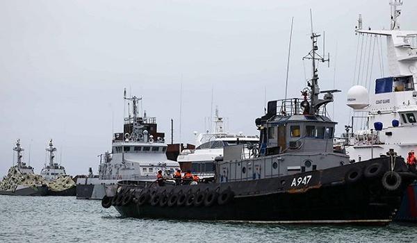 Захваченные Россий украинские корабли прошли под Керченским мостом