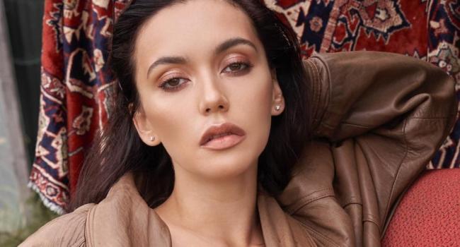 Абсолютно голая Ольга Серябкина, прикрывая пышную грудь волосами, рассказала о первом разе