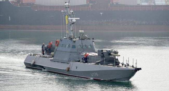 Идущие за захваченными Россией катерами украинские буксиры сопровождаются боевыми кораблями РФ