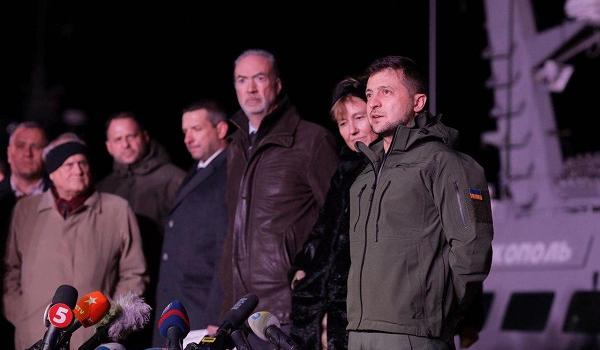 Журналистка, ожидавшая Зеленского в Очакове, упала и сломала ногу