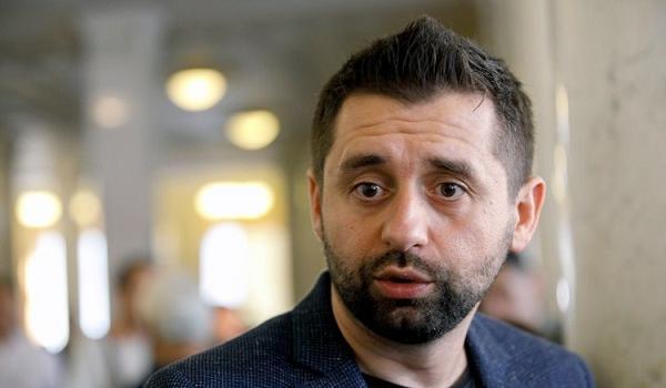 «Идиот, покажи бумажку»: Арахамия ответил на обвинения в двойном гражданстве