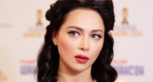 «Ты огонь, детка!» Настасья Самбурская поделилась новым стильным фото, восхитив сеть
