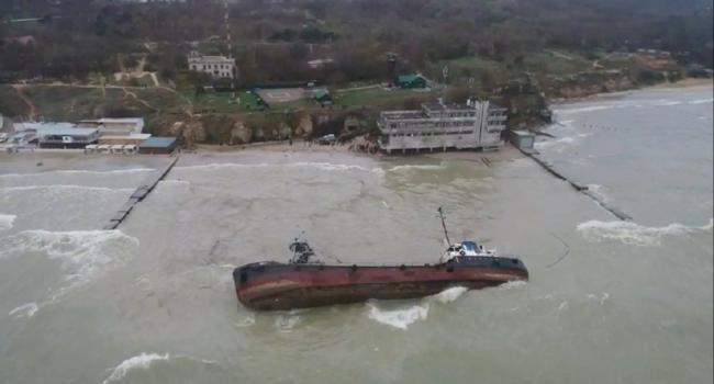 Танкер «Делфи» перевернулся у берегов Одессы, экипаж удалось спасти