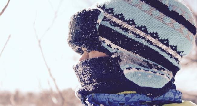 «Быстрее отогреваться»: Специалисты поведали о методах предоставления первой медицинской помощи людям, пострадавшим вследствие обморожения конечностей